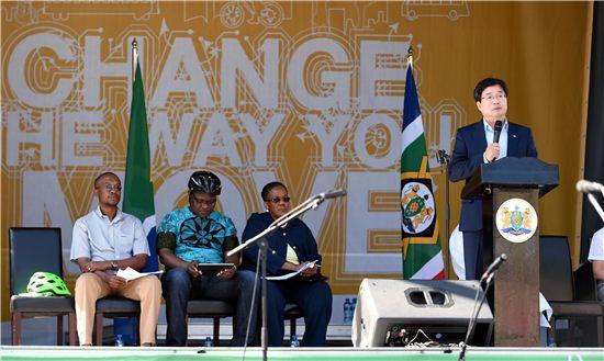 염태영 수원시장이 2015년 제2회 생태교통 페스티벌 개막식이 열린 남아프리카공화국 요하네스버그 샌톤 행사장에서 축사를 하고 있다.