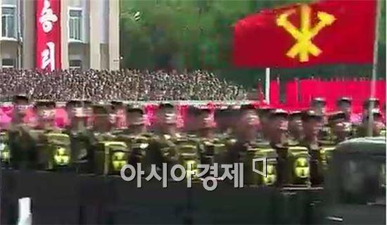 북한군 열병식 중 등장한 [핵배낭] 부대의 모습.