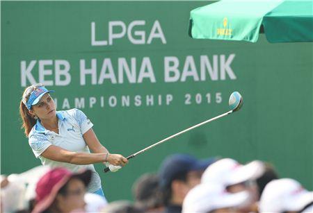 렉시 톰슨이 KEB하나은행챔피언십 최종일 1번홀에서 티 샷을 한 뒤 타구를 바라보고 있다. 사진=KEB하나은행챔피언십
