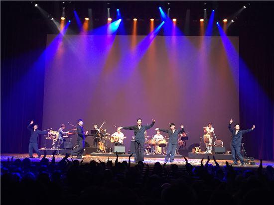 지난 2일 일본 후쿠오카에 있는 아크로스후쿠오카 심포니홀에서 열린 한일 국교정상화 50주년 기념 문화공연에서 퓨전국악팀인 공명과 비보이 댄스팀인 모닝오브아울이 합동 공연을 펼쳐 일본인 관객들로부터 큰 호응을 얻었다.
