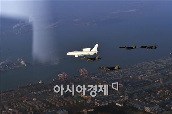 2016년 새해를 맞아 공군이 실시한 초계비행에 참가한 공군 E-737 피스아이와 F-15K 편대가 비행하고 있다. (사진제공=공군)