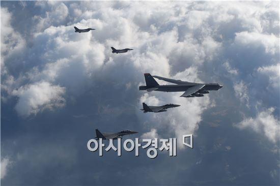 미국의 핵심 전략무기인 'B-52' 장거리 폭격기가 북한의 제4차 핵실험(6일) 나흘만인 10일 한반도 상공에서 작전을 전개하고 있다. (사진제공=국방부)