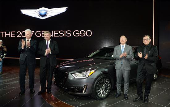 (왼쪽부터)알버트 비어만 부사장, 데이브 주코브스키 사장, 정의선 부회장, 피터 슈라이어 사장이 '제네시스 G90'를 공개하고 기념 촬영하고 있다.