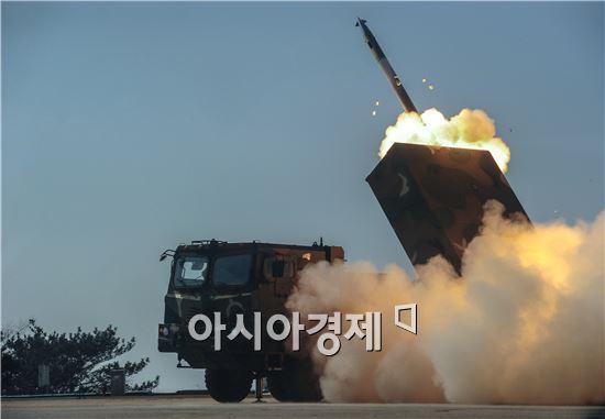 육군은 지난 3일 230㎜급 다연장 천무의 실사격을 실시했다. <사진제공=육군>