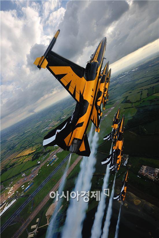 에어쇼를 서보일 블랙이글스는 국산 초음속 항공기 T-50B 8대로 구성된다. <사진제공=공군>