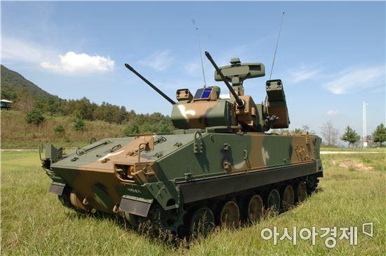 비호복합은 구경 30㎜ 쌍열 자주대공포 '비호'와 휴대용 대공미사일 '신궁'을 결합해 대공방어 능력을 키운 무기체계다.