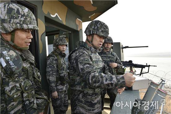 이상훈해병대사령관이 28일 김포 최전방 보곶리중대에서 작전대비태세를 점검하고 있다. (사진=해병대사령부)