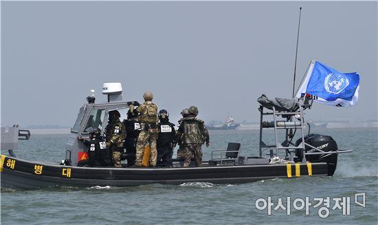우리 군과 해경, 유엔군사령부가 한강하구에서 사상 처음으로 불법 조업하는 중국어선을 퇴거하는 공동작전에 나섰다. (사진제공=국방부)