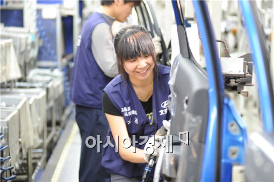 베이징현대차 공장직원이 자동차 도어를 조립하고 있다.<사진=현대차>