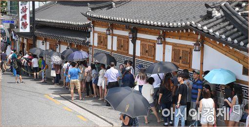 지난 여름, 서울 시내의 한 유명 삼계탕집에 말복을 맞아 사람들이 줄서서 기다리고 있다(사진=아시아경제DB)