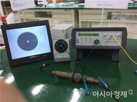 광커넥터 완성품을 검사하고 있다.