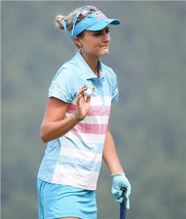 렉시 톰프슨은 장갑을 끼고 퍼팅을 하는 독특한 루틴을 갖고 있다.