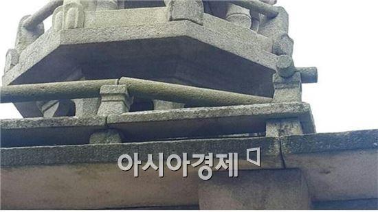 진도 5.8의 지진에 불국사 다보탑 난간석 하나가 비틀려 떨어진 모습.