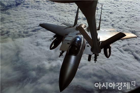 F-15K 전투기들은 대구기지에서 알래스카까지 8000㎞가 넘는 거리를10시간 동안 8번의 공중급유를 받으면서 멈추지 않고 날아가야 한다.