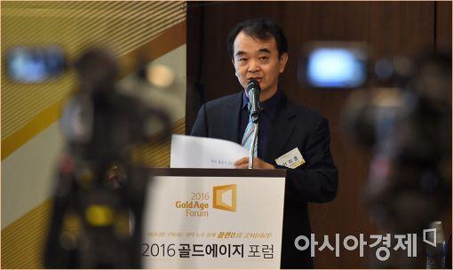 ▲이의훈 카이스트 기술경영학부 교수가 29일 서울 명동 은행회관에서 열린 '2016 골드에이지포럼'에서 4차 산업혁명과 노령화의 관계에 대해 강연하고 있다.