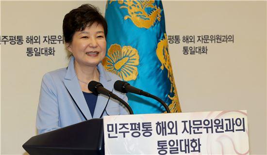 박근혜 대통령이 13일 청와대에서 민주평통 해외자문위원들과의 통일대화에 앞서 모두발언을 하고 있다. <사진제공: 연합뉴스>