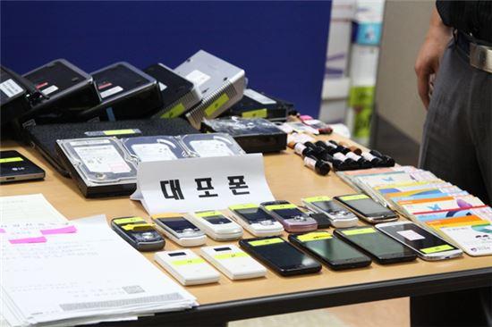 흔히 도난되거나 유실된 폰을 이용한 대포폰들. 본체 저장된 개인정보가 2차 범죄로 악용될 소지가 있다.(사진=아시아경제DB)