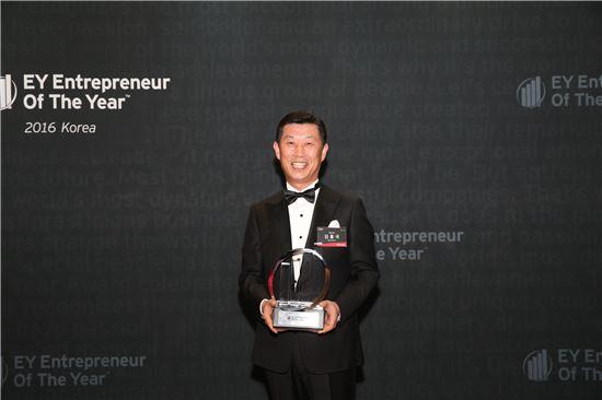 김홍국 하림그룹 회장이 3일 서울 신라호텔에서 진행된 'EY 최우수 기업가상 시상식'에서 최고상인 마스터상을 수상한 후 기념 촬영을 하고 있다.