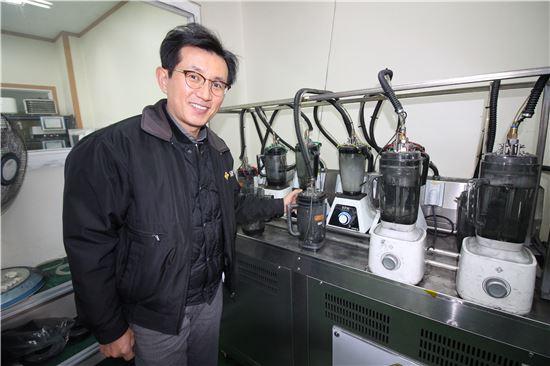 블렌더 내구성 테스트 기기 앞에서 하외구 리큅 대표가 제품을 설명하고 있는 모습. 사진=정동훈 기자
