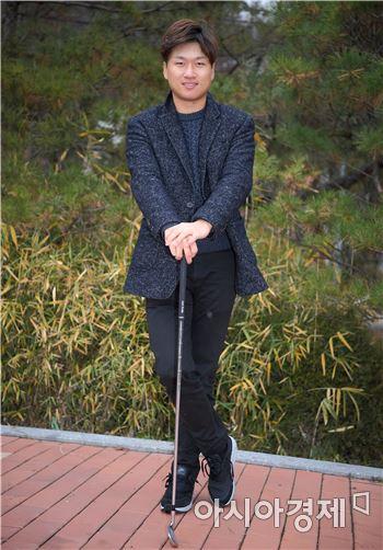 왕정훈이 성남시 율동공원에서 아시아경제과의 인터뷰 도중 포즈를 취했다. 성남(경기도)=윤동주 기자 doso7@asiae.co.kr