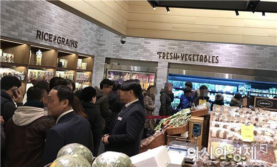 새해 영업 첫 날인 지난 2일 신세계백화점 본점에서 고객들이 대박백을 구매하기 위해 줄을 서 있다.