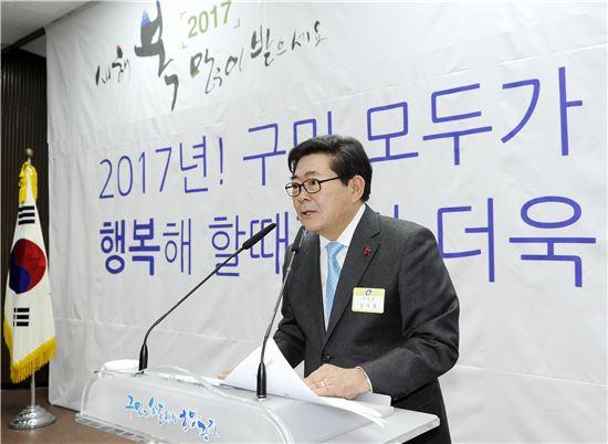 김기동 광진구청장이 11일 오후 열린 2017년 신년인사회에서 올해 구정 방향에 대해 설명하고 있다.