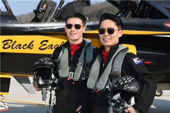 대한민국 공군 최초 블랙이글스 조종사 형제인 강성현 소령(형.왼쪽)과 동생 강성현 대위가 국산 항공기 T-50B 앞에서 포즈를 취하고 있다.