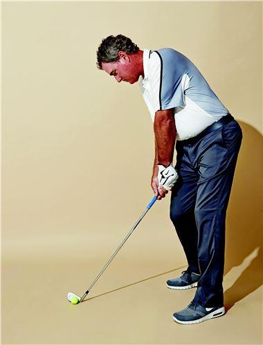 <사진3> 임팩트 순간 양손이 공보다 앞에 있는 '핸드 퍼스트'를 유지하고 있다(O).