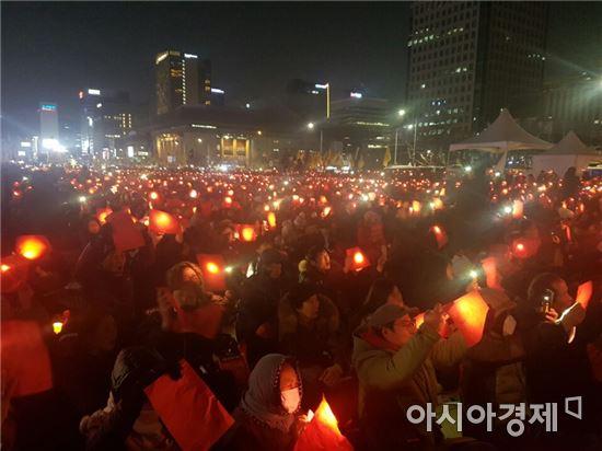 ▲'레드카드' 퍼포먼스 진행 중인 광화문광장