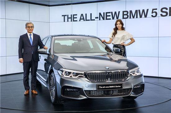 김효준 BMW코리아 사장(왼쪽)이 뉴 5시리즈를 소개하고 있다.