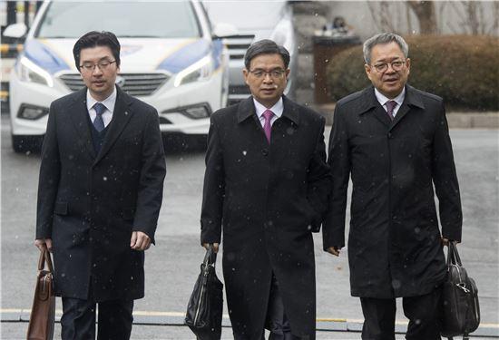 탄핵심판 대통령 대리인단(사진 가운데 이중환 변호사).