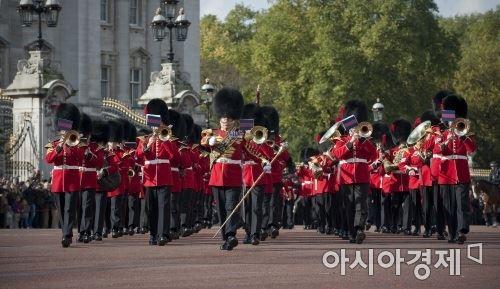 영국 런던에 위치한 버킹엄 궁전을 지키는 왕실 근위병