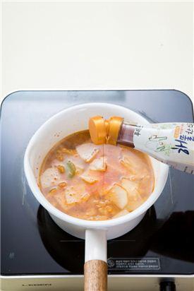 4. 무가 다 익으면 해물한스푼을 넣고 대파, 홍고추, 풋고추를 넣고 다진 마늘, 소금, 후춧가루를 넣는다.