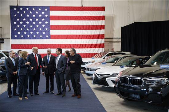 ▲15일(현지시간) 디트로이트를 방문해 미국 자동차 제조사 대표들과 대화중인 도널드 트럼프 미국 대통령(사진=AP연합뉴스)