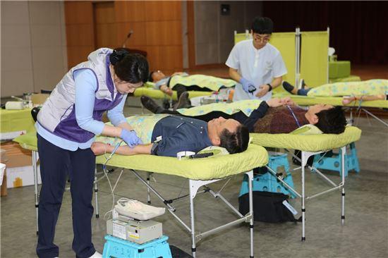 차성수 금천구청장을 비롯 금천구 공무원들이 사랑의 헌혈에 동참하고 있다.