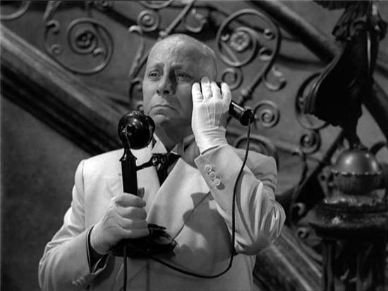 그녀를 스타로 만들었던 감독이자 전남편에서 이제는 그녀의 망상을 존속시키기 위해 고군분투하는 집사로 활약하는 집사 막스는 실제 노마 역을 맡은 배우 글로리아 스완슨과 작업했던 영화감독 에리히 폰 슈트로하임이 연기했다.