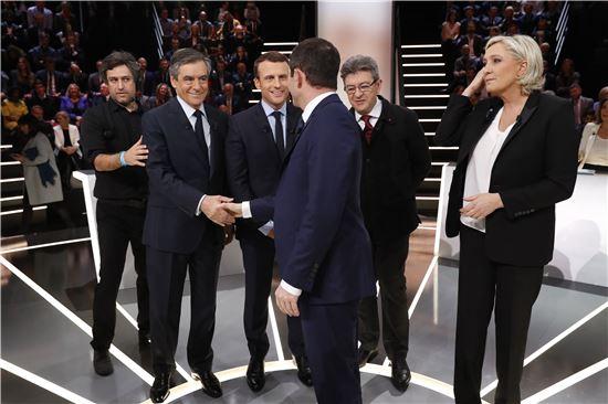 ▲프랑스 TF1 방송이 20일(현지시간) 개최한 프랑스 대선후보간 1차 TV토론회 시작전 사회자와 악수를 나누고 있는 후보들(사진=EPA연합뉴스)