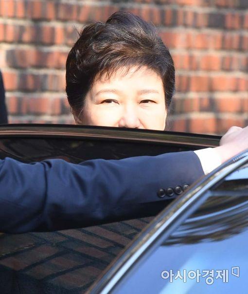21일 오전 검찰에 출석하기 위해 자택을 나서 차량에 탑승하는 박근혜 전 대통령