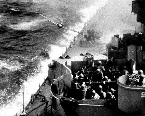 미군함대에 충돌을 시도하는 카미카제 전투기(사진=위키피디아)