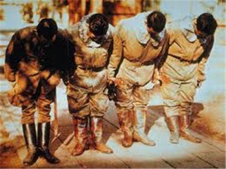 출전하기 전 신사에 기도하는 카미카제 특공대원(사진=위키피디아)