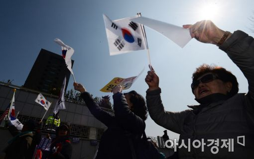 [포토]중앙지검 앞 박근혜 지지자