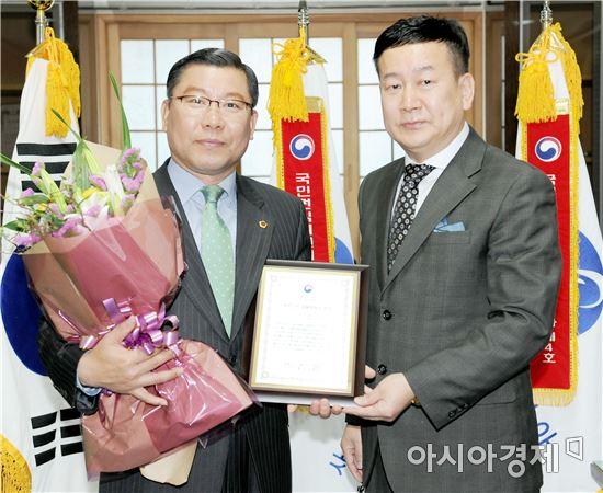 광주광역시의회는 이은방 의장(왼쪽)이 '자랑스런 청렴한국인 대상'의 영예를 안았다.