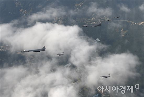 미국의 전략무기 B-1B 전략폭격기가 22일 우리 공군과 함께 연합훈련을 실시했다.