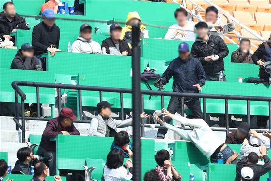 ▲2017 KBO리그 시범경기에서 관중들이 파울공을 잡으려 하고 있다.[사진제공=자생한방병원]