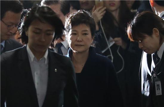 지난달 30일 구속 전 피의자 심문(영장실질심사)을 마친 박근혜 전 대통령이 검찰로 이동하기 위해 법원을 나오고 있다. 출처=연합뉴스