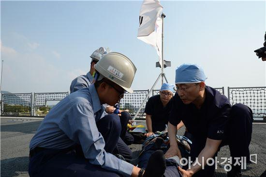 이 교수는 훈련 현장에서 부상 장병을 헌신적으로 치료하면서 헬기 레펠로 소형수상함과 잠수함에 내리는 것도 마다하지 않았다.