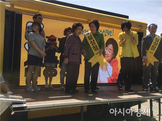 사진=6일 과천 서울대공원에서 심상정 정의당 대선후보 어머니 이명림 여사가 유세차에 올랐다.