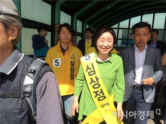 사진=심상정 정의당 대선 후보가 6일 4호선 대공원역에서 나오고 있다.