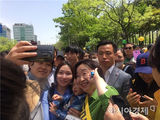 사진=6일 경기도 안양 평촌중앙공원에서 심 후보가 시민들과 셀카를 찍고 있다.