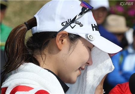 김지현이 KG-이데일리레이디스에서 생애 첫 우승을 차지한 뒤 눈물을 흘리고 있다.